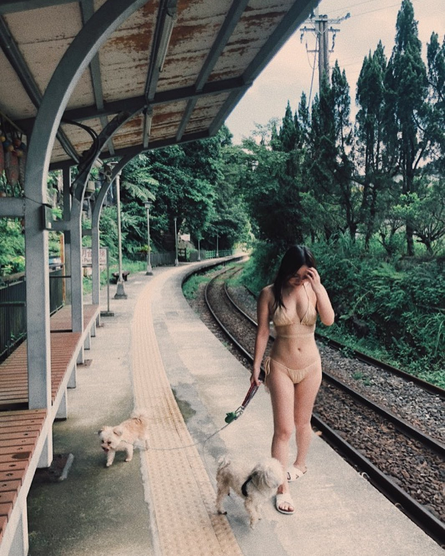 陳芳語透露因為要帶狗狗去玩水,所以只穿比基尼。