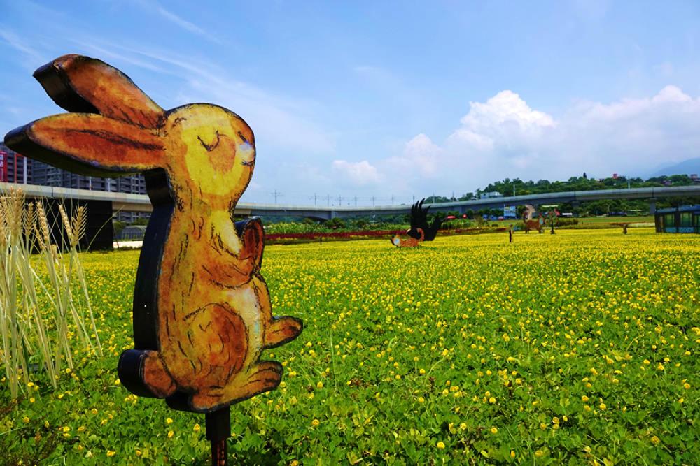 幾米彩繪的小動物坐落在花海中(圖片來源:新北市政府)