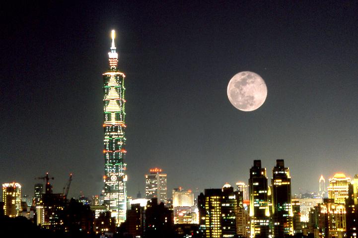 中秋節到戶外看璀璨夜景、賞月也可以玩出新花樣。圖/觀光局