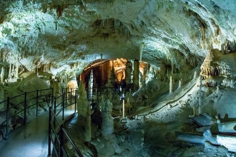 圖/ 鐘乳石每年平均增長速度為0.3毫米,在波斯托伊那鐘乳石洞則有高16公尺的最大石筍,被稱為「摩天大石」可不是浪得虛名。