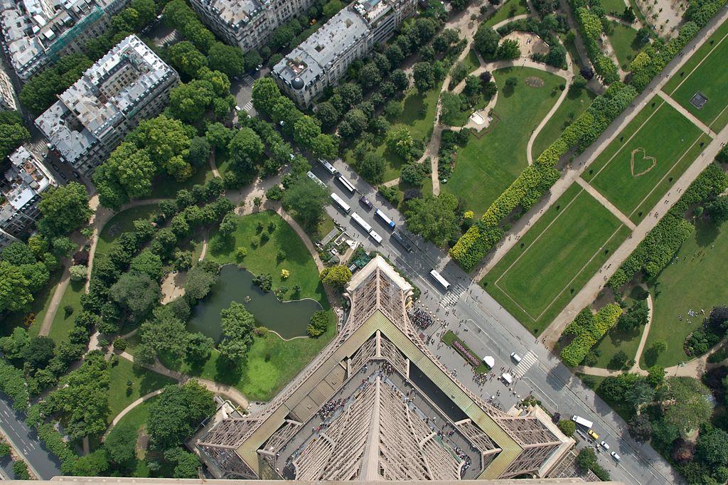 艾菲爾鐵塔景觀 (Photo by Camille King, License: CC BY-SA 2.0, 圖片來源www.flickr.com/photos/48889042674@N01/1202654990)