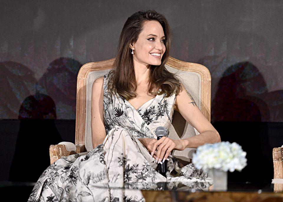 在全球記者會上,安潔莉娜裘莉Angelina Jolie換上DiorDior 2019 秋冬時裝系列白色法式印花圖騰(Toile de Jouy)洋裝