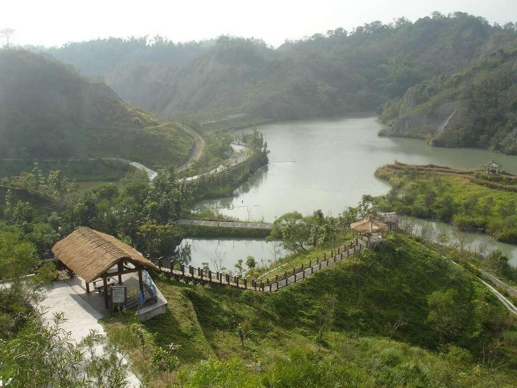牛埔農塘也稱作夢幻湖,園區內部設置土壩、登山木棧道與涼亭等設施。圖/台南旅遊網
