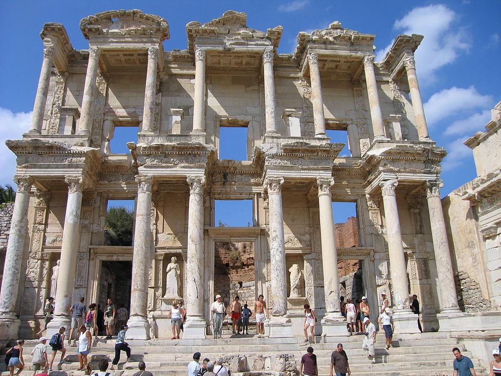 艾菲索斯 (Photo by Michi, License: CC BY-SA 2.5, 圖片來源commons.wikimedia.org/wiki/File:Celsus-Bibliothek2.jpg)
