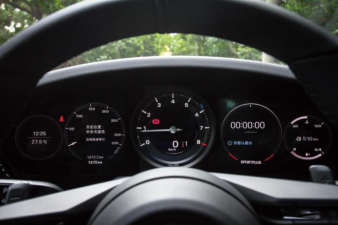 五環式的經典設計,在中央區塊為引擎轉速表還是採用傳統的指針,兩側皆採七吋螢幕的配置。 版權所有/汽車視界