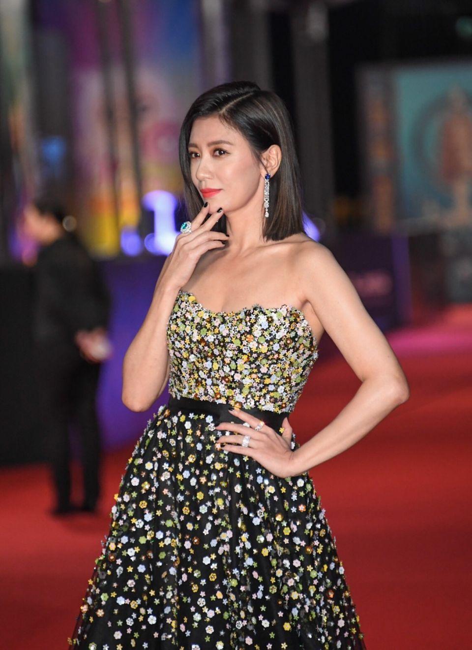 賈靜雯站上金鐘紅毯,話題美唇就是它!