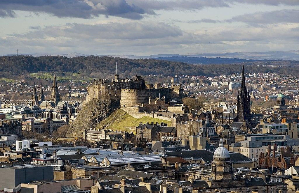 愛丁堡城堡 (Photo by Saffron Blaze, License: CC BY-SA 3.0, 圖片來源www.mackenzie.co)