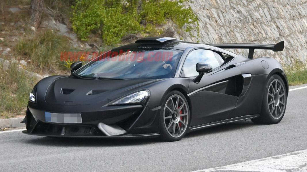 圖/McLaren 620R車頂可見顯眼的大型進氣口,推測應該與高速時引擎進氣增壓有關。