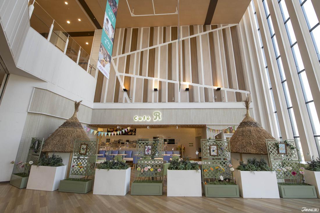Cafe R外的這塊空間,挑高落地窗灑落足夠的光線,搭配木質的裝潢空間,顯得特別溫馨明亮。