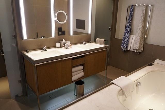 洗手台的兩邊,一邊是廁所,一邊是淋浴間,中間拉門的設計讓我感覺有點怪,因為如果往左邊拉過去,那右邊的淋浴間就沒有門,反之亦然,所以…不就代表我們全家人上廁所和洗澡,只能選一件事情來做嗎?