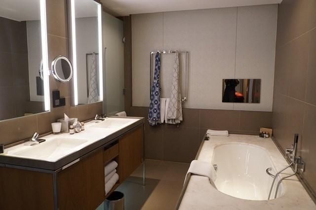 浴室比我家房間還要大,還可以邊泡澡邊看電視。