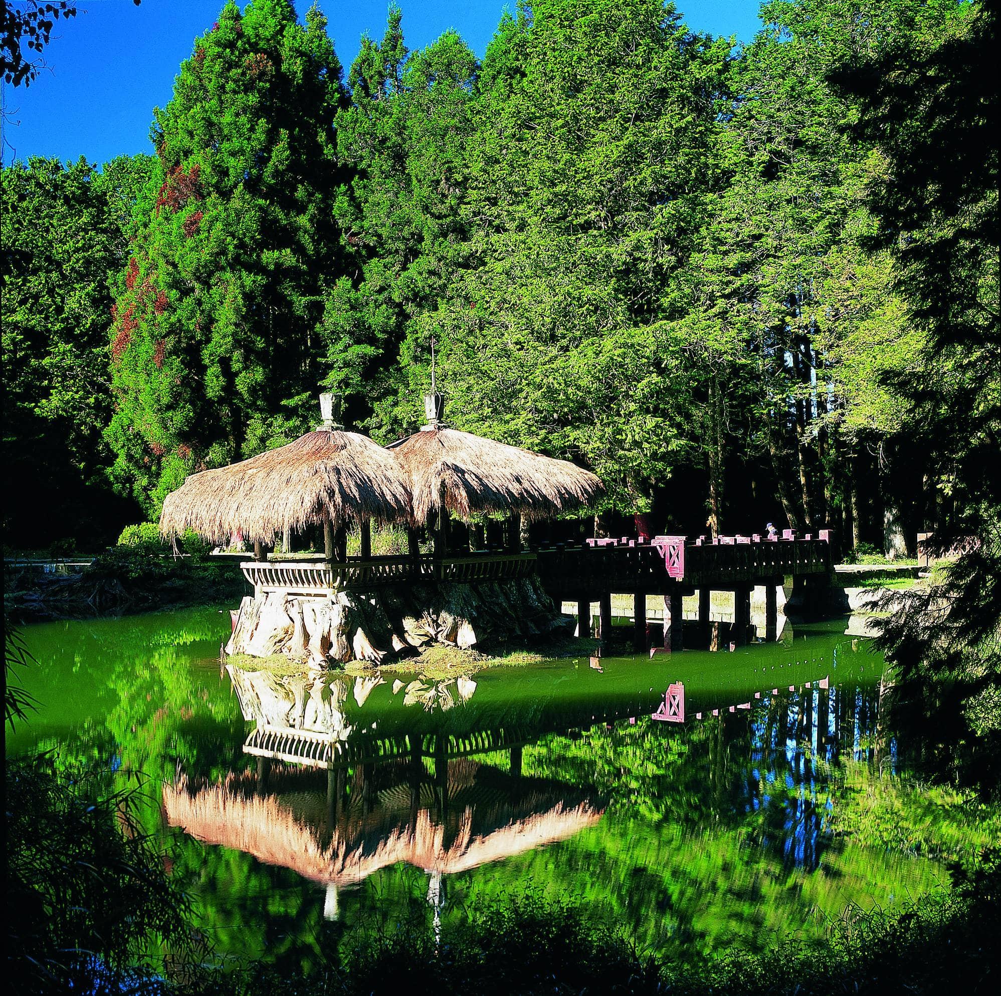 姊妹潭中央設有兩座相思亭,潭水清澈宛若明鏡。圖/阿里山國家風景區