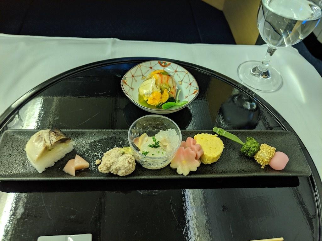 上面的開胃菜(先付)是蝦子、海膽、加上日式湯葉做成類似肉凍的樣子,視覺上效果極佳。這個呈現是冷食。高湯凍本身味道鮮美,湯葉調味也極佳,但是重點的蝦子與海膽,都沒有鮮味跟甜味。下方是前菜,由左至右分別是鯖魚壽司、魚卵拌山椒味增醬、清酒蛤蠣湯凍、日式蛋捲與三色糰子。裡面表現最好的是清酒烹煮過的蛤蠣,酒香味很棒,但是我覺得高湯凍的概念,在同一盤出現兩次,有點不太用心啊(如果把開胃小品的鰻魚高湯凍再算進來,就是三次!)!其中最不知所味,就是那個魚卵,口感鬆散又有股腥味,是當天表現最差的一道菜