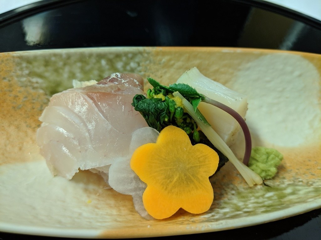 但是獨立來看,干貝的甜脆與鯛魚細滑的口感,搭配脆口的山厥,這道魚生是當天所有冷食裡面表現最好的