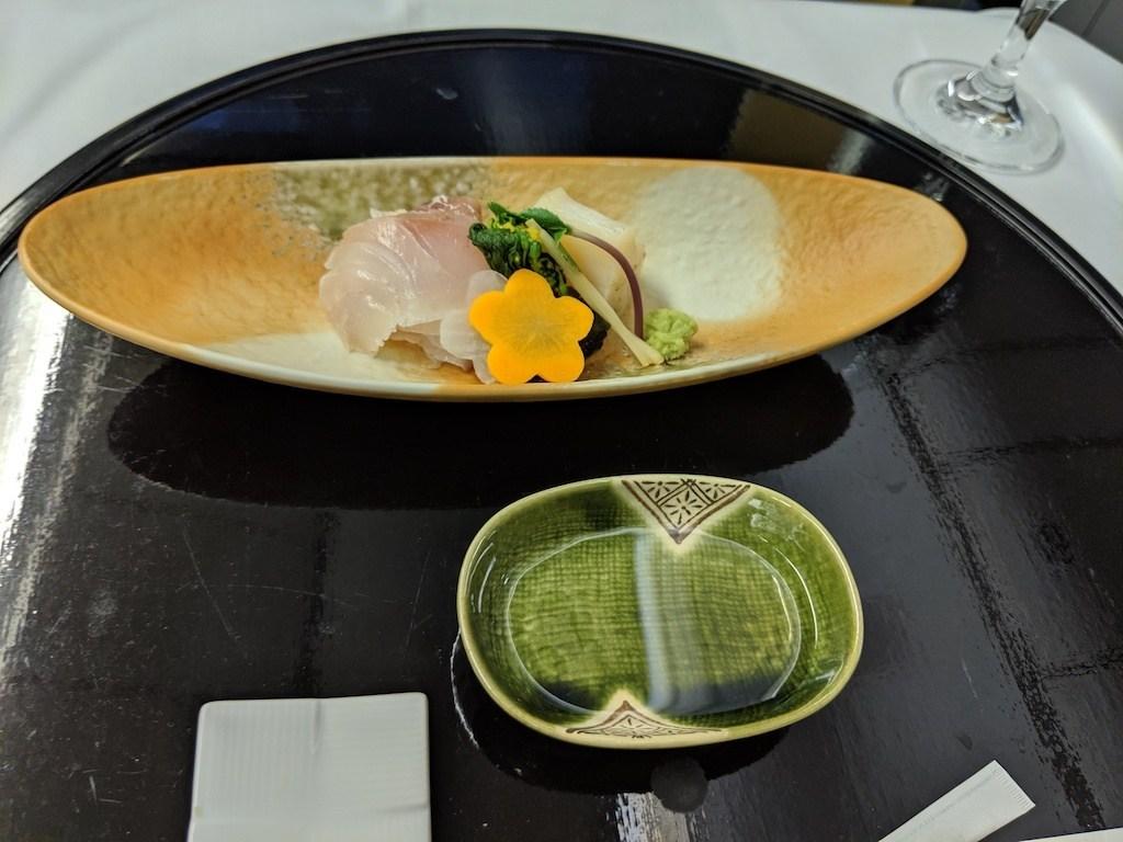 今天的生魚片(向付)是昆布漬鯛魚跟干貝。沾醬也屏棄常見的醬油,而是清酒。但是前菜也才出現過清酒蛤蠣,這種調味不斷重複的情況非常嚴重