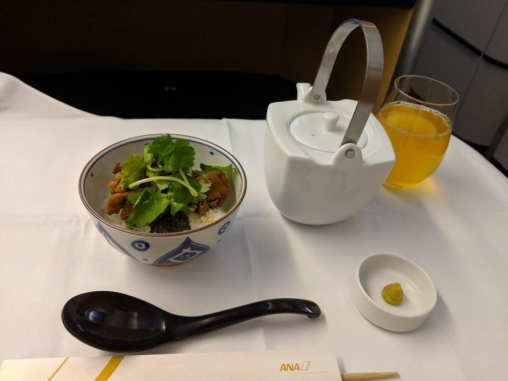 牛肉時雨煮茶泡飯,絕對是我這次搭乘全日空頭等艙點到的逸品。因為高空中暖暖的湯泡飯,真的很暖心又暖胃,搭配一點點哇沙米的刺激感,能喚醒高空中熟睡的味蕾