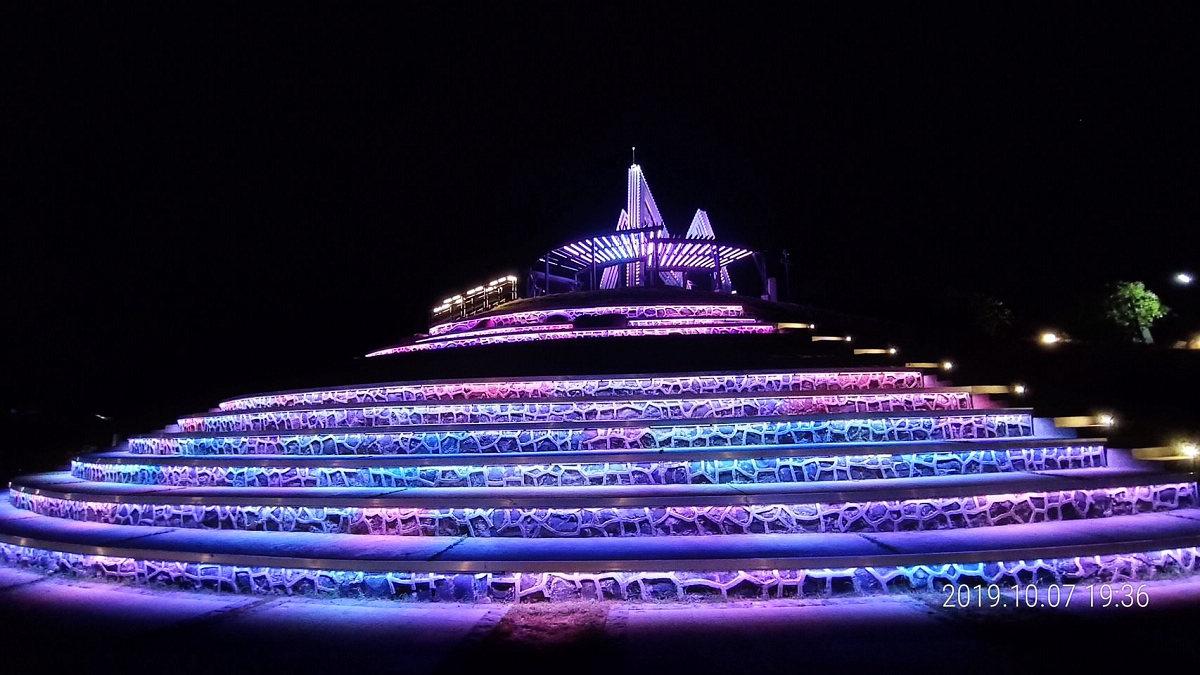 搭配燈色轉換及水波流之律動,營造出「山」與「水」的交織(圖片來源:澎湖縣政府)