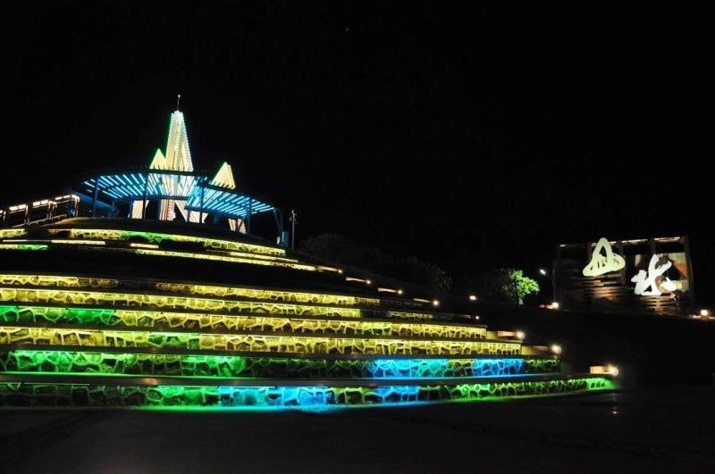 「山水映輝」燈光顏色隨著音樂節奏變化(圖片來源:澎湖縣政府旅遊處)