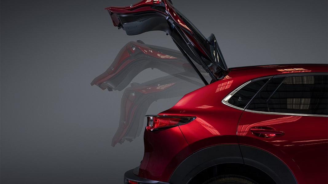 圖/2020 Mazda CX-30 2.0旗艦進化型多了電動尾門、後座出風口、倒車圖像輔助、駕駛座位置記憶與駕駛座電動腰靠調整…等配備。