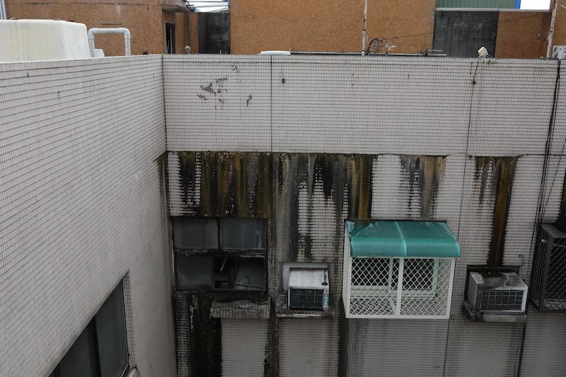 ▲頂樓淹水滲漏嚴重,部分頂樓戶就因此搬出、久無人居。