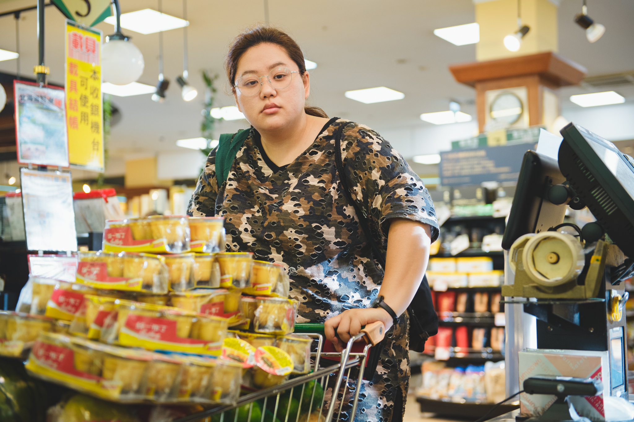 蔡嘉茵衝超市掃貨逗樂阿兜仔《大餓》榮膺雙年展開幕片