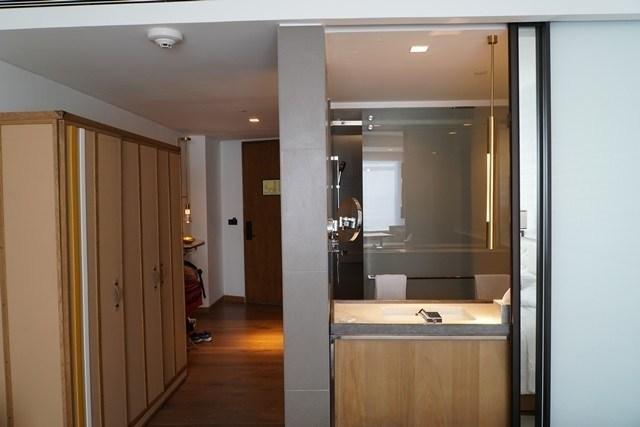 浴室和臥房之間有拉門。