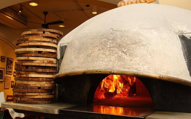 義大利訂製的石頭窯爐,使用火山岩製作而成。