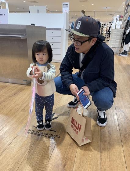 【親子時尚】生活就是遊戲!呂佳宜女兒拆螺絲、修工具車好萌
