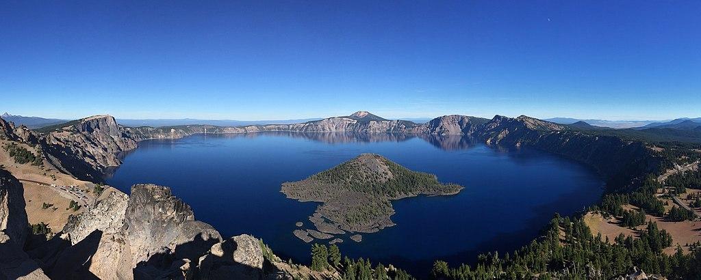 火山口湖 (Photo by Athleticamps, License: CC BY-SA 4.0, Wikimedia Commons提供)