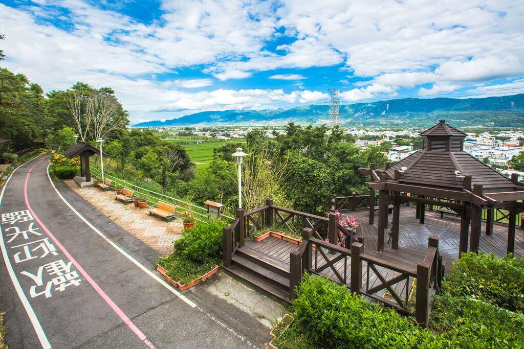 縱觀日月亭是環鎮自行車道上的制高點,可360度無死角遠眺關山鎮遼闊全景。圖/花東縱谷國家風景區