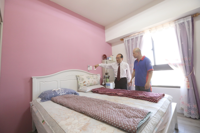 ▲床頭不靠窗,上方也不能壓樑,以免影響睡眠品質。
