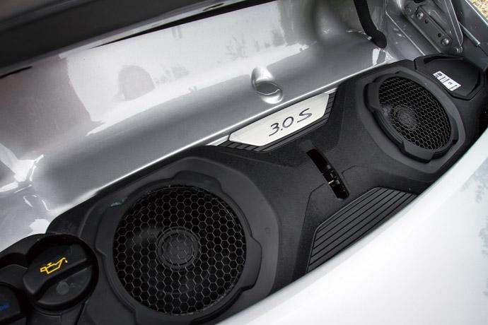3.0升六缸水平對臥渦輪增壓引擎,搭配更優化的噴射系統、渦輪增壓器及進氣冷卻系統,讓911 Carrera 4S的最大馬力來到450hp,扭力峰值也同步提升至54.1kgm。 版權所有/汽車視界