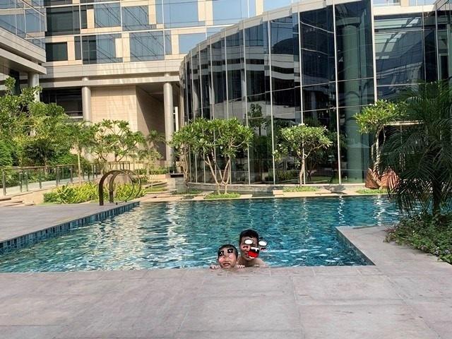 外面的泳池區,可以稍稍降溫一下,當時溫度破攝氏40度。