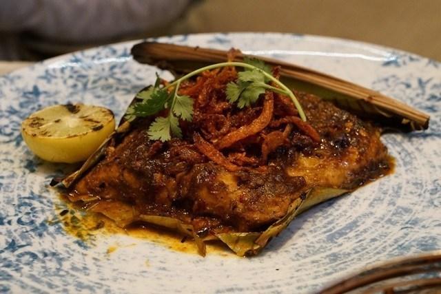 喜馬拉雅式的烤魚,還包著像是芭蕉葉的東西去烤。