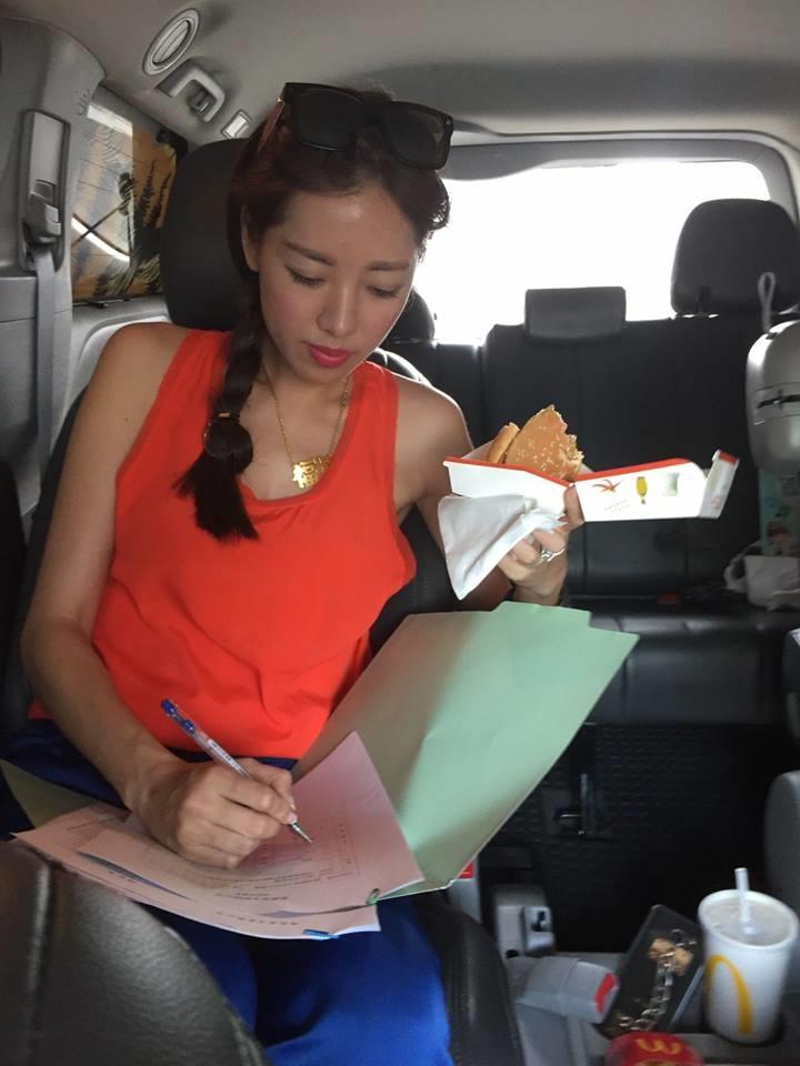 ▲劉伊心事業忙碌,經常在車內邊吃飯邊工作。