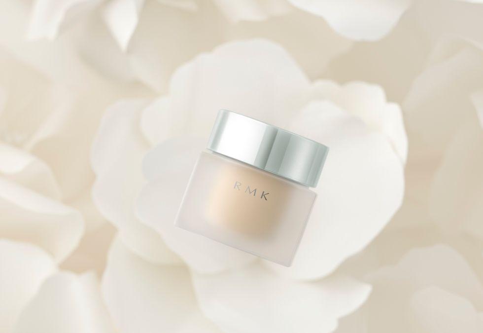 RMK水凝美肌粉霜完全是保養品等級,主打日系大人感的洗練光澤美肌