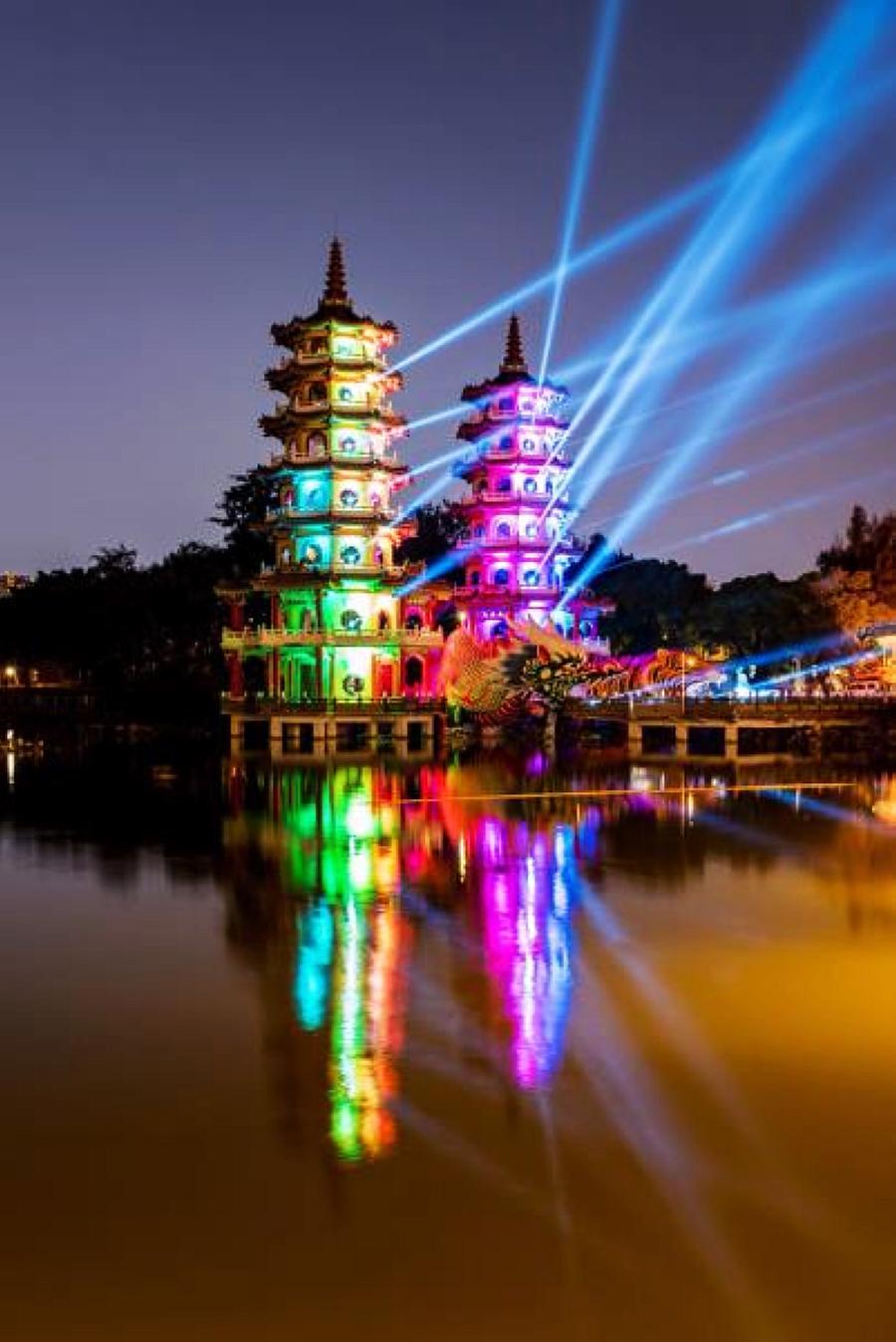 2018龍虎塔絢麗燈光展演(圖片來源:高雄市政府民政局)