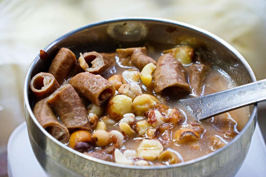妙口四神湯加入淮山、芡實、蓮子與茯苓多種中藥材熬煮,呈現淡粉色。圖/台北旅遊網