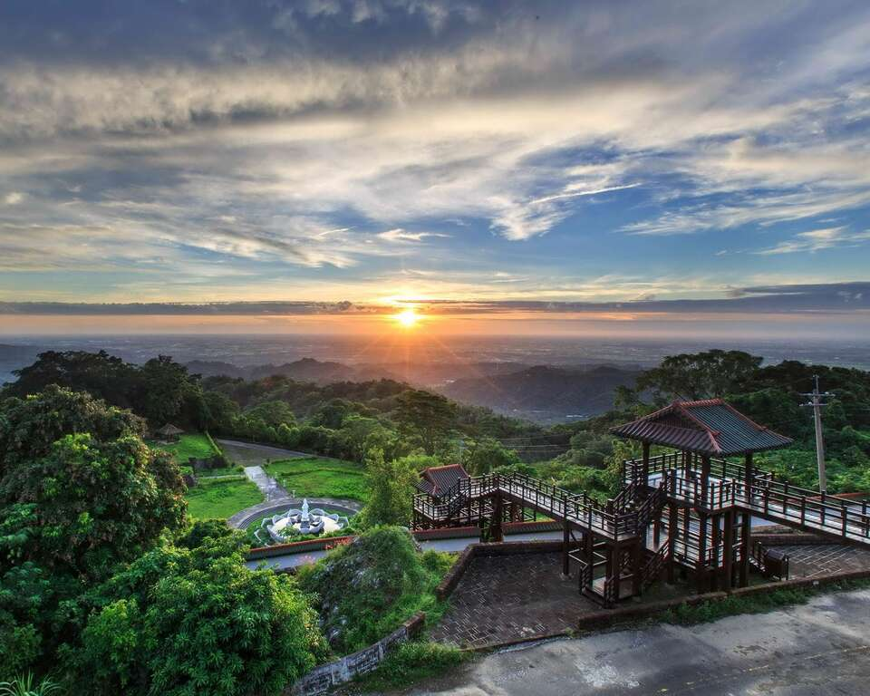 火山碧雲寺除了參拜,還可以遠眺遼闊的嘉南平原。圖/台南旅遊網