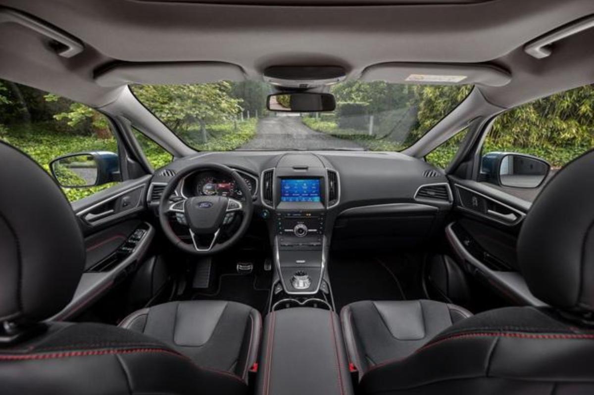 與 Focus 相同,車內也採用旋鈕式排檔,並有 ACC 定速、盲點偵測實用的安全科技。