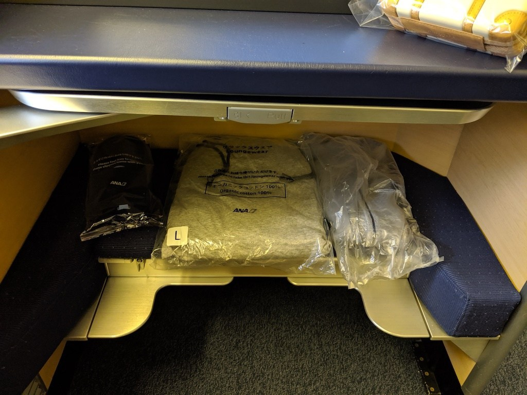 睡衣拖鞋也都放在座位,比較有趣的是睡衣旁邊的針織毛衣,這應該是我第一次搭飛機拿到毛衣的