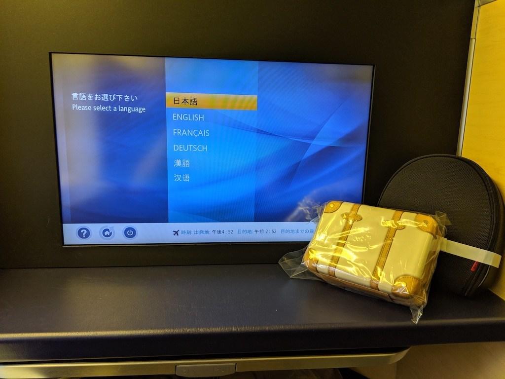 硬體上與之前的體驗一樣,所以就不花篇幅介紹。上機時,耳機與盥洗包已經放在座位上。要特別提一下,盥洗包是與英國的品牌-Globe-Trotter合作,行李箱的設計真的很好看