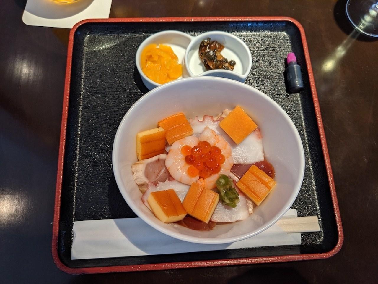 海鮮丼飯,魚生真的不行,蝦子也明顯是冷凍的。唯一比較ok的是章魚