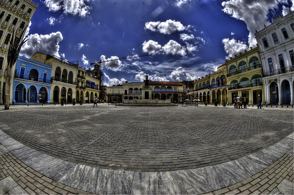 哈瓦那 (Photo by Eric Marshall, License: CC BY 3.0, 圖片來源commons.wikimedia.org/wiki/File:Plaza_Vieja,_Havana_-_panoramio_(1).jpg)