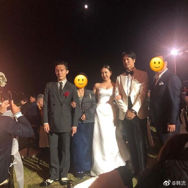 GD在婚禮的後半換上復古風格的雙排釦西裝,搭配上印花的領帶與有色眼鏡。(截自微博)