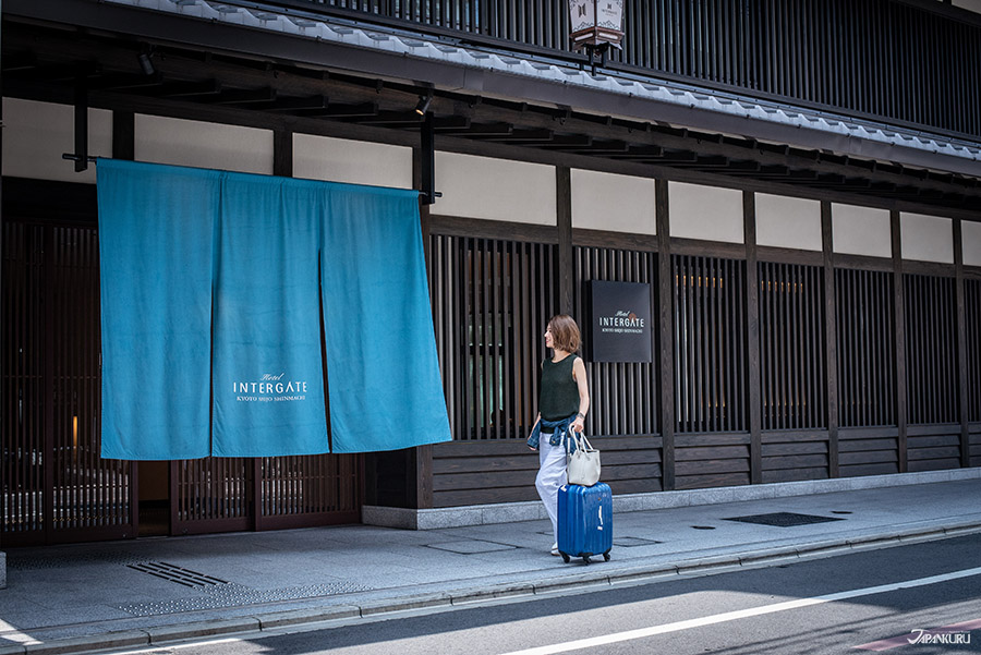 Hotel Intergate 京都 四條新町酒店的入口,選用了印有飯店的名字暖簾(のれん),當中的簡單與傳統為飯店增添了優雅的氣息。
