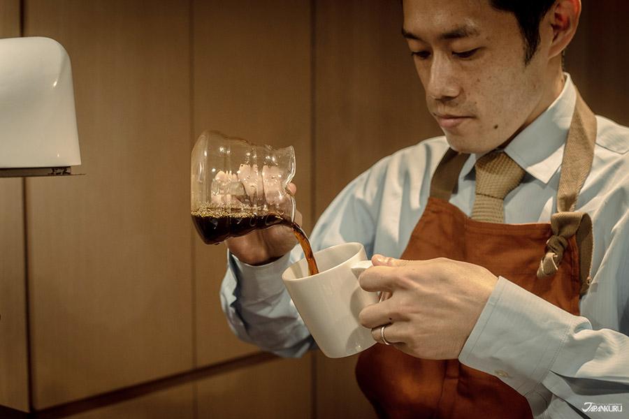 服務人員手沖咖啡