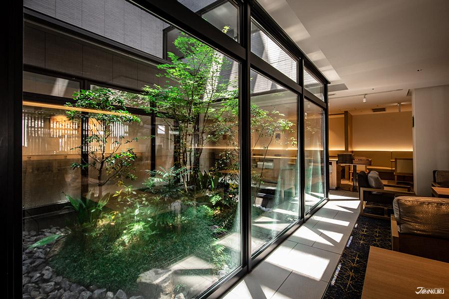 自然植栽美景加上大而舒適的休閒空間