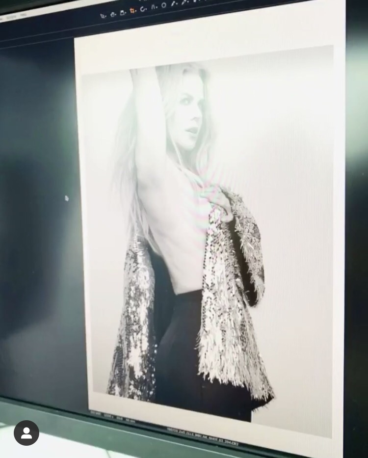 妮可基嫚拍攝雜誌美照,只用手遮點讓好身材都看光光。