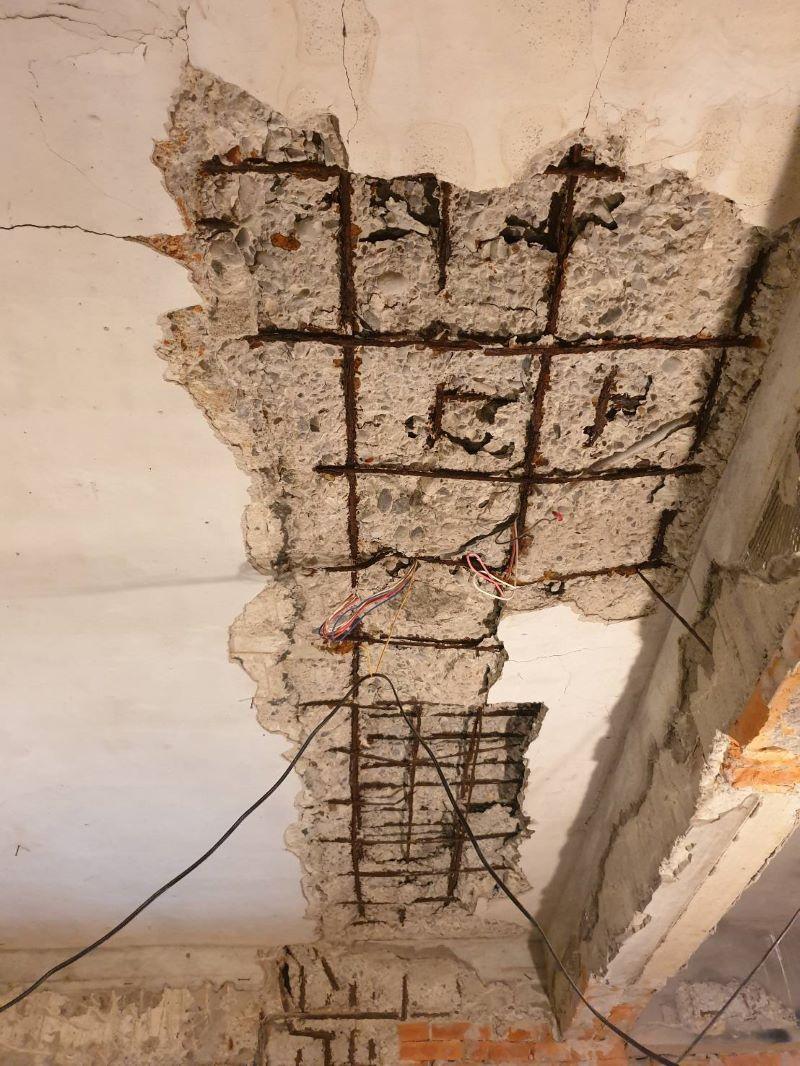 ▲天花板鋼筋裸露,混凝土塊隨時會掉落。